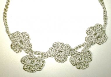 crochet a lovely floral necklace for you